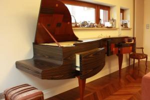 Bar in piano shape
