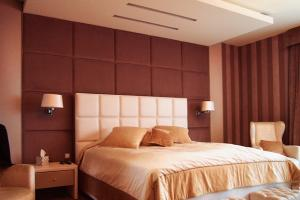 Upholstered bed, head rest and rear wall covered with soft upholstered panels