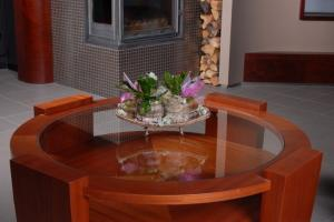 Round coffee table, finished in sapeli veneer